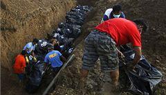 Sběrači mrtvol v tajfunem zničeném Taclobanu: Pach smrti proniká vším