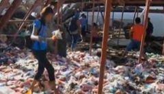 Filipínci po tajfunu Haiyan zoufale shánějí potraviny. Někteří rabují