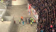 Okamžik hrůzy v Amsterdamu. Muž spadl z tribuny a ležel v kaluži krve