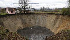 V Bosně se propadla zem. Po rybníku zůstal hluboký kráter