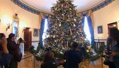 Vánoční atmosféra v Bílém domě. Stromeček zdobila Obamová