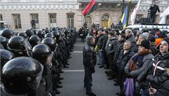 Ukrajinský parlament odmítl pád vlády, jeho budovu chrání těžkooděnci