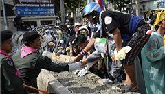 Thajští demonstranti pronikli k sídlu vlády. Policie jim podávala ruce