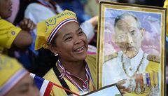 Královy narozeniny dočasně usmířily protesty rozdělené Thajsko