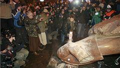 Ukrajinci v Kyjevě strhli sochu Lenina. Je to puč, říká vláda