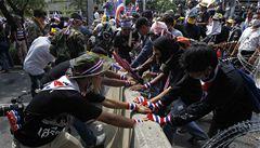 Thajci protestují a stávkují, Bangkok připomíná bojiště občanské války
