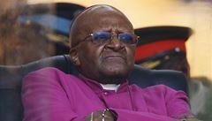 Mandelův spolubojovník Desmond Tutu nakonec na pohřeb přijel