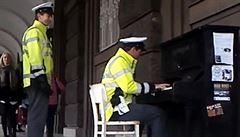 Hravý pražský policista. V centru si zahrál na pouliční piano