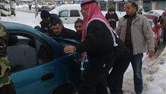 Který politik by to udělal? Jordánský král pomohl vytlačit auto ze závěje