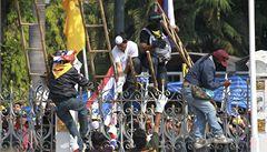Thajci opět obléhají vládní budovy, přerušili dodávky elektřiny