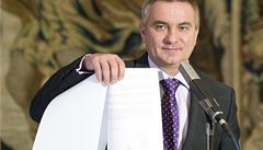 Zeman jako Klaus. Prezidentská kancelář opět utajuje platy a prémie na Hradě