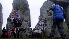 Zpěv a zvuk bubínků. Zimní slunovrat slavily ve Stonehenge tisíce lidí
