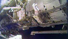 Astronauti vystoupili do volného kosmu, vyměnili vadné čerpadlo