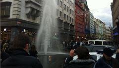Hydrant v centru Prahy utrhlo auto a ujelo, tvrdí prodejci kaprů