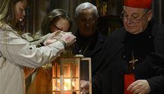 Betlémské světlo rozzáří Prahu, od skautů je převzal arcibiskup Duka