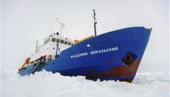 Vědci zůstávají na uvězněné lodi. Záchranný ledoborec se musel vrátit