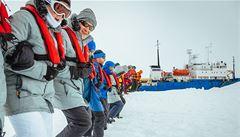 Evakuaci lodi uvězněné v ledu brání špatné počasí