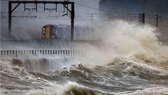 Pobřeží Británie sužují rozsáhlé záplavy, v ohrožení je i Francie