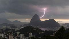 Sochu Krista v Riu de Janeiro poškodila bouře