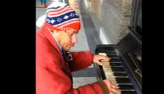 Bezdomovec hraje v centru Prahy na piano Vltavu