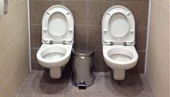 Olympijský úlet. Rusové nacpali dvě toalety do jedné kabinky
