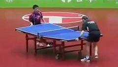 VIDEO: Otočený stůl i nechápavá rozhodčí. To je parodie na ping-pong