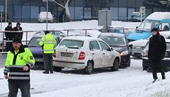 Sníh a led. Lokální bouře ochromila Prahu 6, stály sypače i autobusy