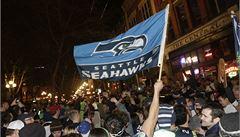 Kuřecí křídla a pivo. Super Bowl zastavil NHL a pobláznil Ameriku
