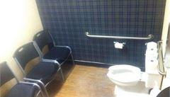 Záchod a tři židle. Rusové jsou znovu terčem posměchu