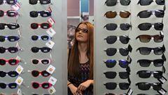 Móda v nošení brýlí se příliš nezměnila, vedou plasty i výrazné barvy