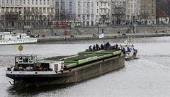 Po 35 letech Pražané sledovali remorkér v akci. Přitáhl loď z Děčína