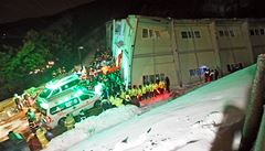 Střecha se zřítila na stovky studentů. Nehoda v Koreji má deset obětí