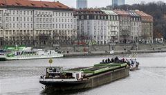 Do Prahy připlula po 35 letech vlečná loď. Bude z ní muzeum a restaurace