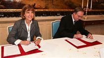 Areva CEO Anne Lauvergeon and ČVUT dean Miroslav Čech have signed a cooperation deal