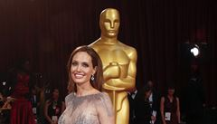 Střípky z Oscara. Angelina Jolie se blýskla novým poprsím