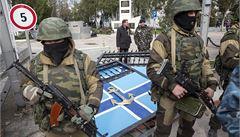 Rusové na Krymu vytlačují Ukrajince z vojenských objektů
