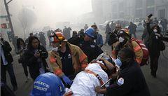 V troskách zřícených budov v New Yorku zahynulo nejméně šest lidí