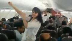 Kvůli tanečku v letadle k vítání jara hrozí indickým aerolinkám zákaz