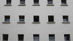 Německo má nedostatek zločinců, věznice přestavuje na byty