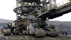 Jeřáby vyzvedly 1500 tun těžký kolos. Zapadlé rypadlo čekají opravy