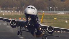 Pilot řídil letadlo s protézou, ta se při přistávání odepnula