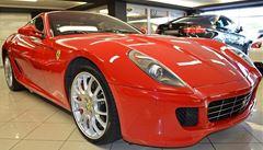 Luxusní autosalon skončil. Zmizely vozy Ferrari i Rolls Royce za desítky milionů