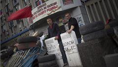 Máte právo se bránit, ale zdržte se násilí, apeluje EU na Kyjev
