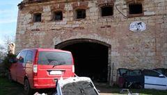 Ve stodole rozřezali desítky aut na díly. Policie zloděje zadržela
