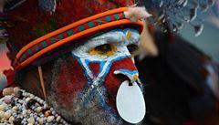 Barvy kmenů Papuy Nové Guiney. Když západní svět nemá na kulturu vliv