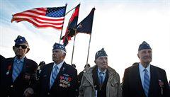 Vlajky na půl žerdi a lidský řetěz. Veteráni opět obsadili pláž Omaha...