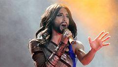 Vousatá zpěvačka Conchita Wurst zářila na plese proti AIDS