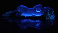 Fotograf vytváří fascinující malby na nahá těla