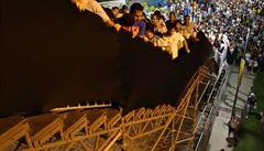 VIDEO: Na Maracaná po lešení. Fanoušky děsí rozviklané schodiště