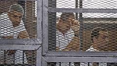 Egyptský soud poslal novináře Al-Džazíry až na deset let do vězení
